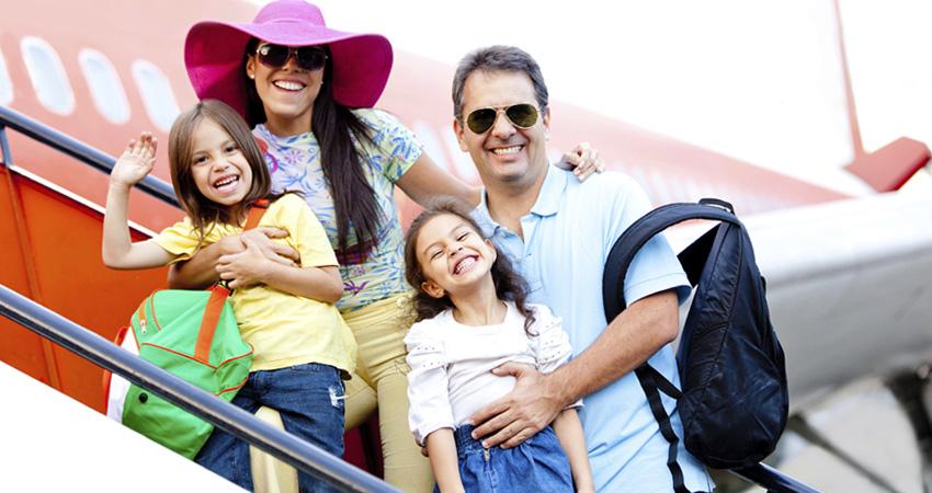 Trẻ em đi máy bay cần giấy tờ gì cùng người thân?